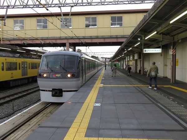 通過線は上り列車優先となっており、下り優等列車は追い抜きが無い限りホームに面した線路を通過するようになった。