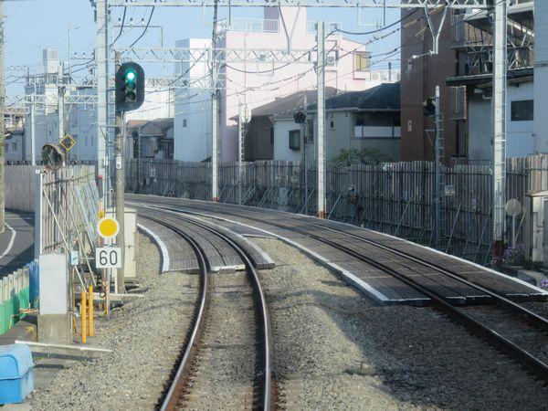 野方駅停車中の上り列車の前面展望。こちらも掘削準備のため土留め壁構築が進められている。