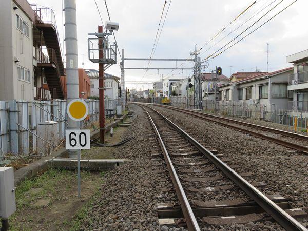 中井~新井薬師前間にある中井5号踏切から新井薬師前駅方向を見る。ここから先工事区間内は60km/hの徐行制限となっている。