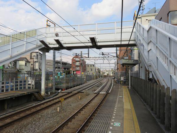新井薬師前駅ホーム端から西武新宿方面を見る。線路の位置は以前と比べて南(右)寄せられている。