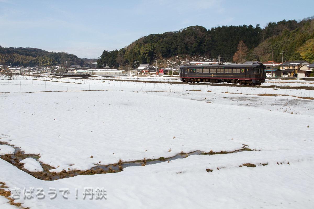 雪が解け出した田んぼ