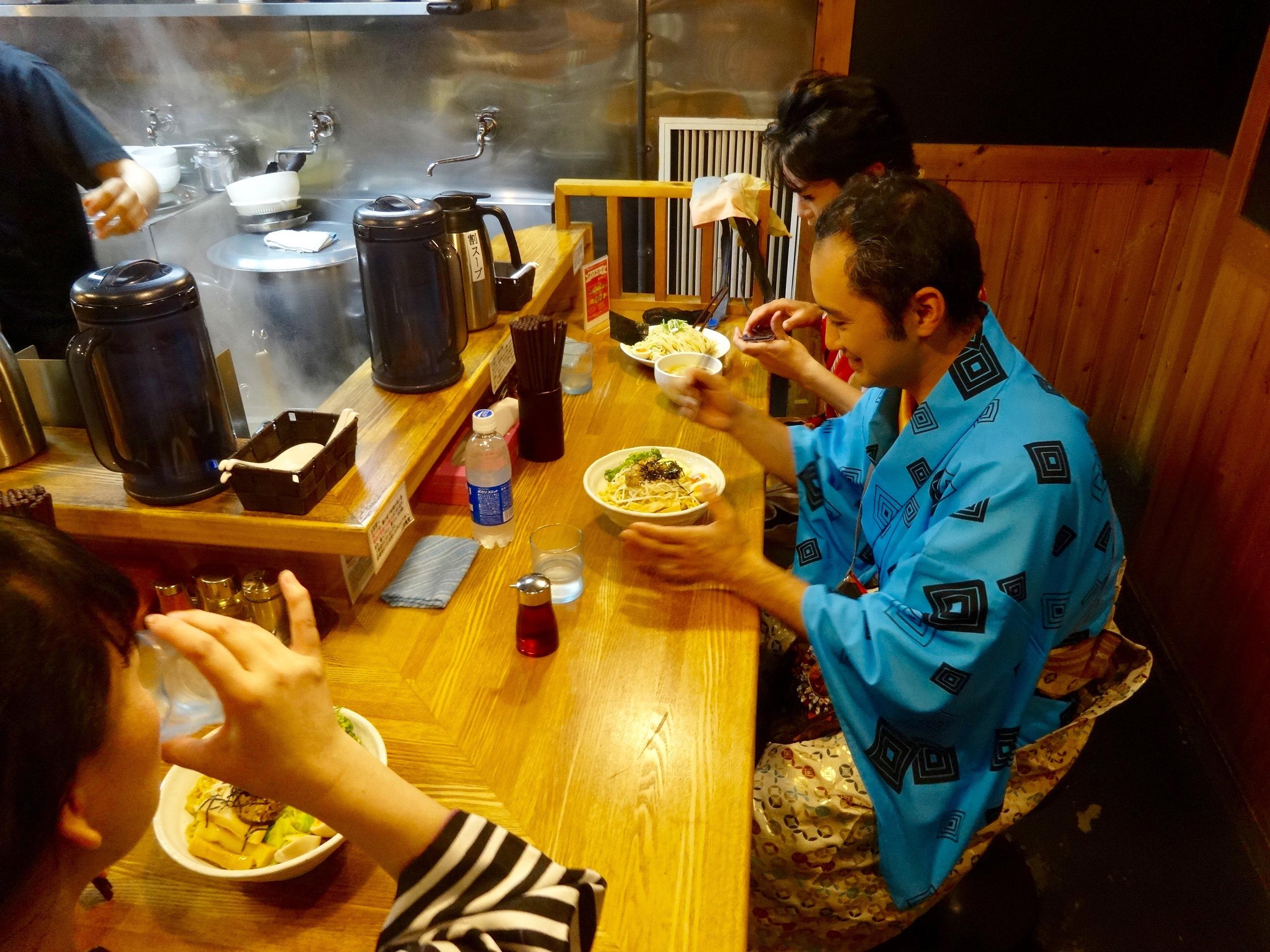中野駅北口徒歩30秒 豚そば鶏つけそば専門店上海麺館@中野区中野5−63−4 にて、のまど舎ちんどん御一行様 ランチ中