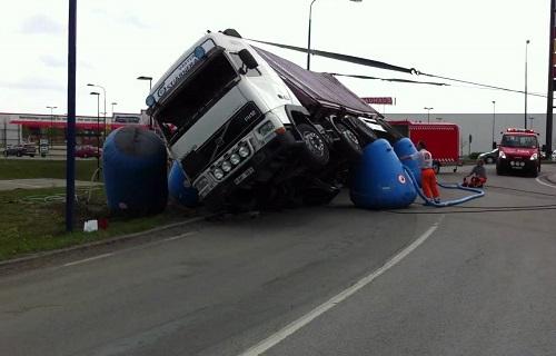 横転したトラック
