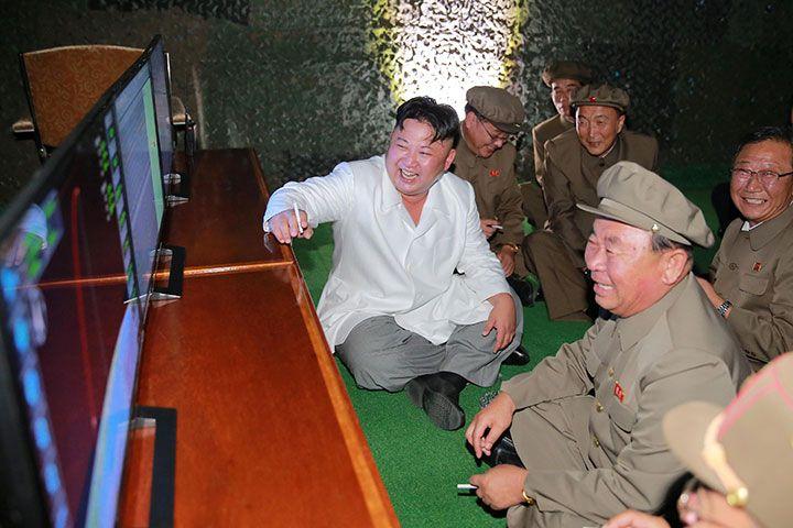 潜水艦発射弾道ミサイルの実験成功を喜ぶ金正恩党委員長