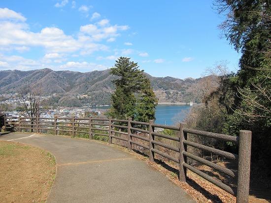 城山より津久井湖見下ろす