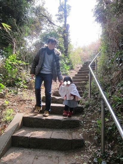 城ヶ島海岸への階段おりる