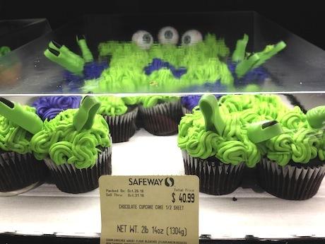 指が出てるケーキ