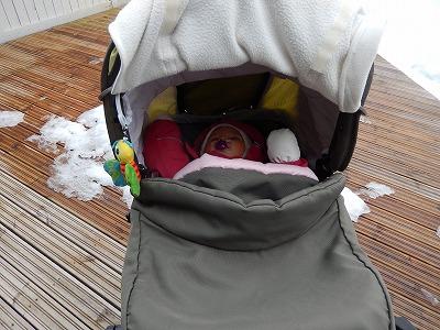 外で寝る赤ちゃん