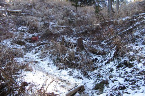 雪の残る斜面