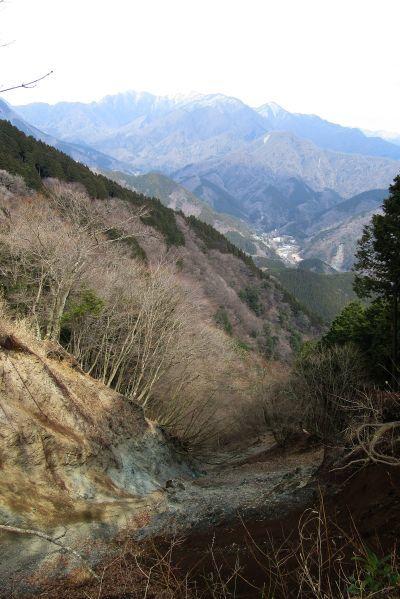 崩落地から見る檜洞丸と中川温泉