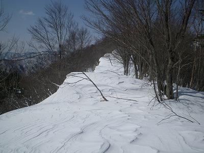雪庇の脇を