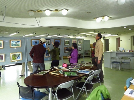 170218写真展設営風景:羽村コニュニティセンター (2) - コピー
