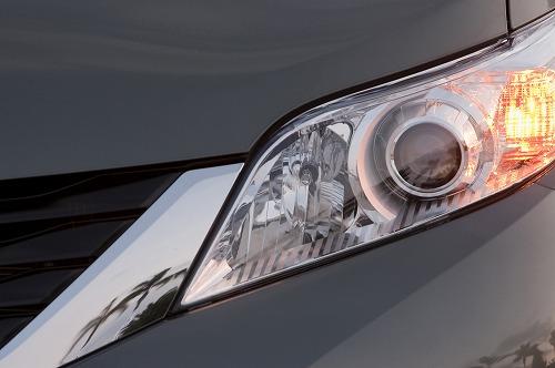 2014-Toyota-Sienna-LE-AWD-headlight.jpg