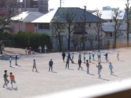 P2220084 校庭で遊ぶ子ども達