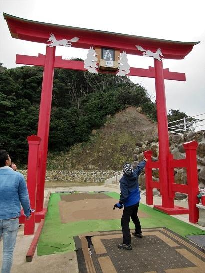元乃隅稲成神社の賽銭投げ