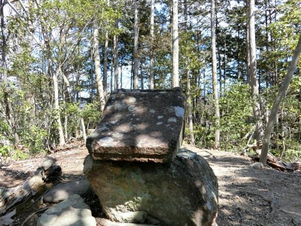 小渕岩戸の石の社