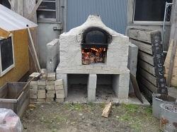 石窯に火を入れる
