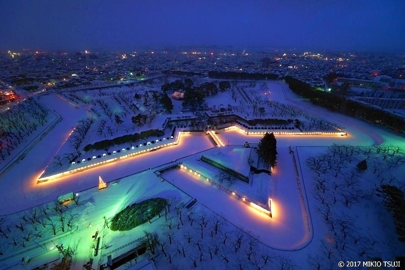 絶景探しの旅 - 0134 夜の雪の大地に浮かび上がる巨大星 五稜郭 (北海道 函館市)