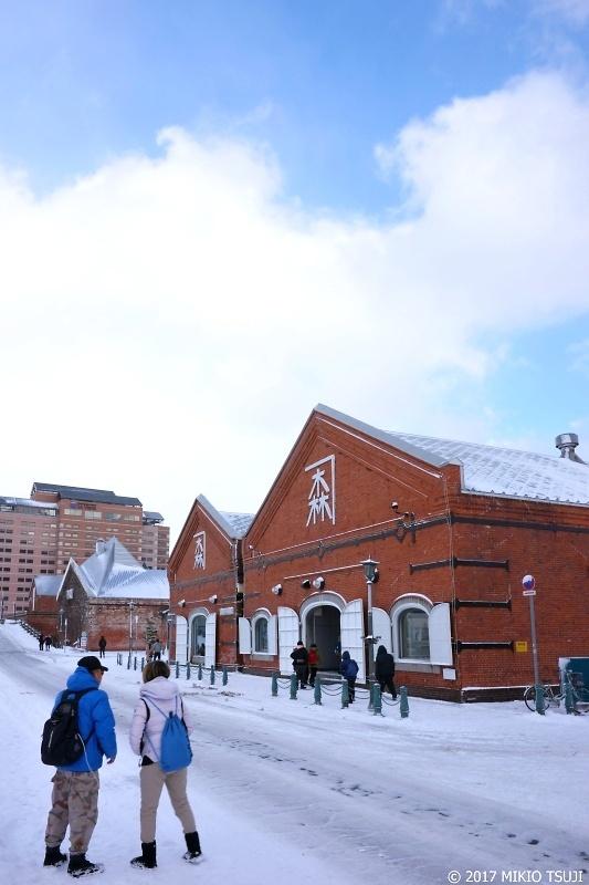 0136 吹雪が一瞬止んだ雪の金森赤レンガ倉庫 (北海道 函館市)