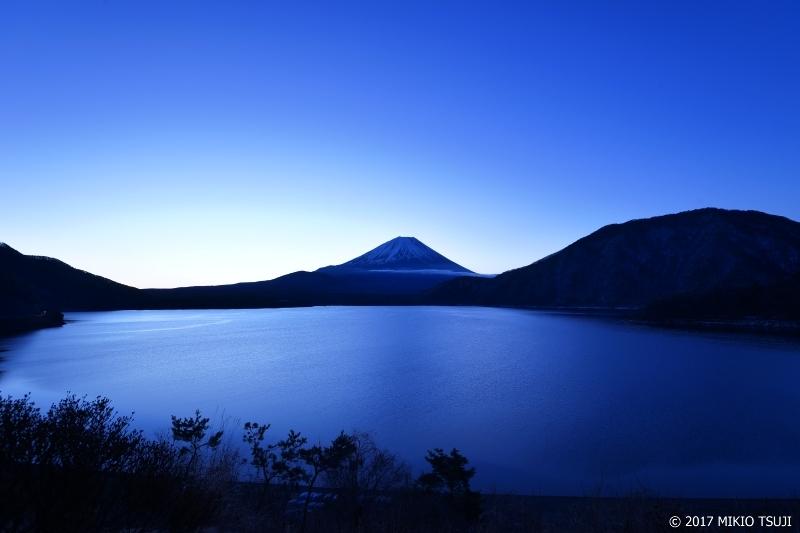 絶景探しの旅 - 0137 静寂の夜明け 本栖湖と富士山 (山梨県 身延町)
