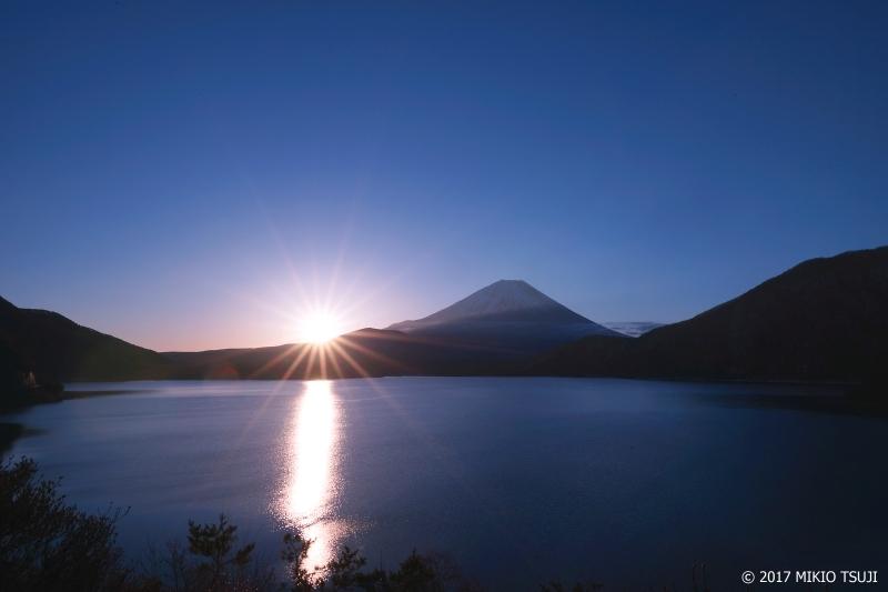 絶景探しの旅 - 0138  日の出輝く富士山と本栖湖 (山梨県 身延町)