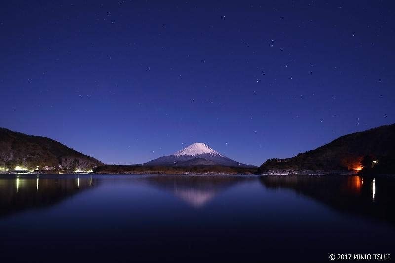 0143 満月の光を浴びる精進湖からの富士山 (山梨県 富士河口湖町)