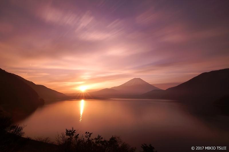 絶景探しの旅 - 150 朝霞の日の出 富士山と本栖湖(山梨県 身延町)