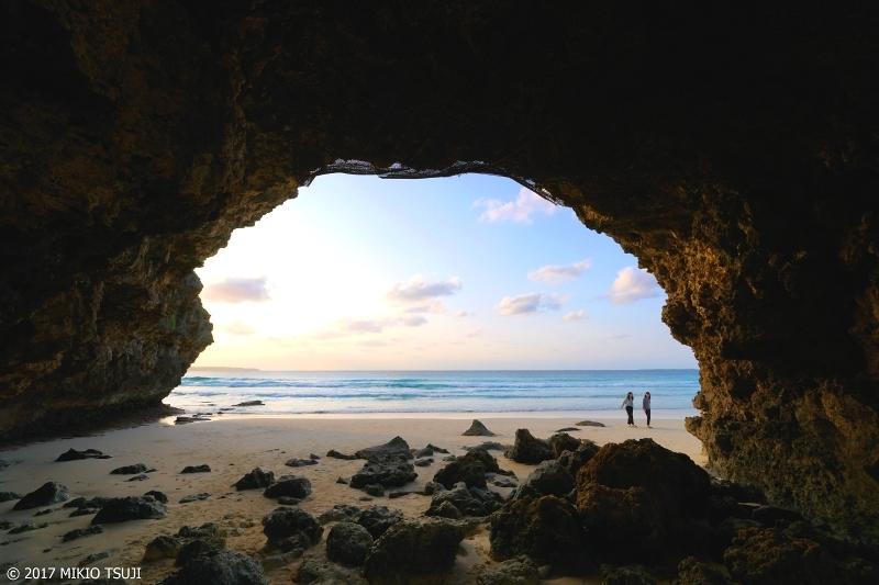 絶景探しの旅 - 0161 隆起サンゴの天然のアーチ岩 (砂山ビーチ 沖縄県 宮古島)