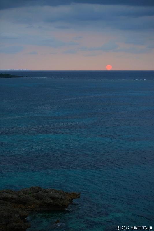 絶景探しの旅 - 0166 マリンブルーの海と空 昇る蛍光色の朝日 (シギラリゾート/沖縄県 宮古島市)