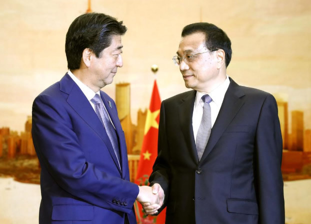 中国の李克強首相(右)と握手を交わす安倍晋三首相