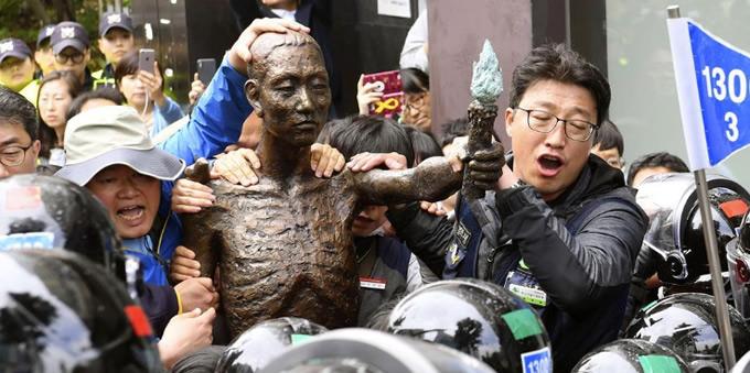 韓国・釜山の日本総領事館近くで徴用工像をめぐって警察官ともみ合う労働団体メンバーら
