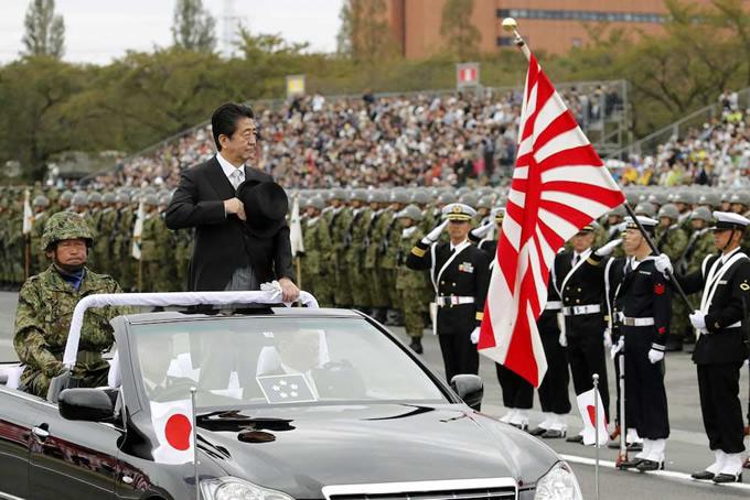 陸上自衛隊朝霞訓練場での観閲式に出席した安倍首相