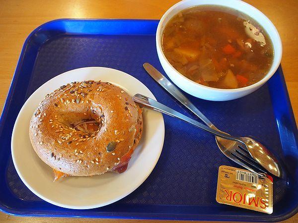 サーモンベーグルとラムスープ