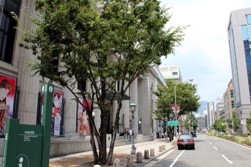 0228:神戸市立美術館 手前歩道から①