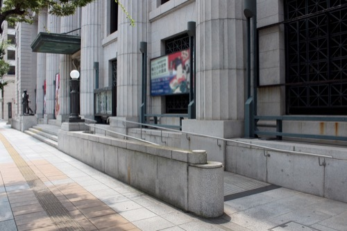 0228:神戸市立美術館 手前歩道から②