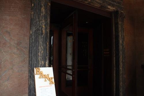 0232:チャータードビル カフェの入口②