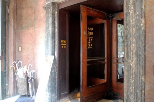 0232:チャータードビル カフェの入口①