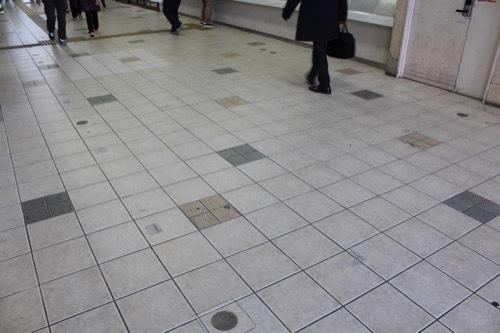 0240:JR兵庫駅舎 コンコースの床①