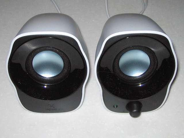 PC スピーカー Logicool Stereo Speakers Z120BW スピーカーから保護ビニールをはがしたところ