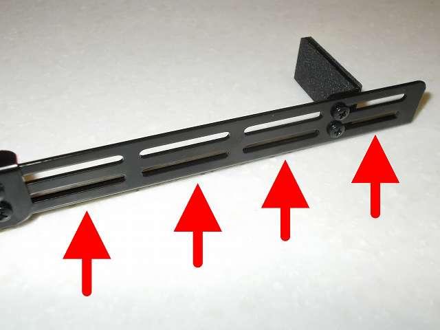 長尾製作所 VGA サポートステイ L 自己粘着式 SS-NVGASTAY02-L フックを仮固定したところ、延長ステイにはビデオカードの高さにあわせて 4つに区分けされたスリット穴にフックの取り付けと高さの微調整ができるようになっている