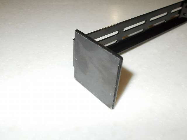 長尾製作所 VGA サポートステイ L 自己粘着式 SS-NVGASTAY02-L サポートステイ底面にある自己粘着式ウレタンゲル、ケース内に設置する前にフィルムを剥がしておく