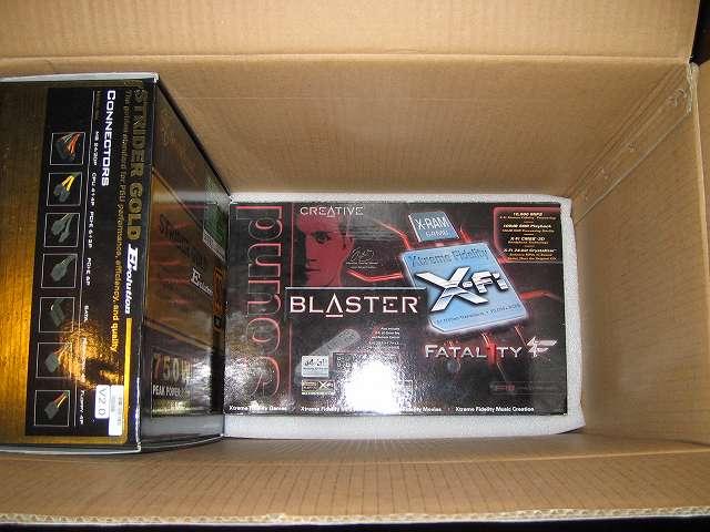 緩衝材の窪みにサウンドカード外箱(Creative Sound Blaster X-Fi Fatal1ty PCI Card SB0466)を置く