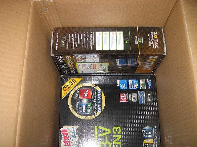 マザーボードの外箱(ASUS P8Z68-V -PRO/GEN3)とビデオカードの外箱(VGA ZOTAC GeForce GTX 570 ZT-50203-10M)を収納