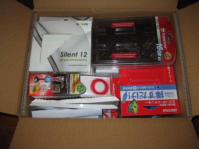 PC ケース外箱に入らなかった小サイズの PC パーツ・サプライ品の外箱をダンボールに収納