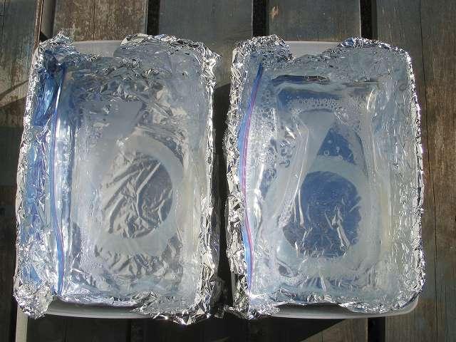 岩崎 保存容器 ナチュラルキーパーパックケース 1.5L (M) B-338 N に紫外線を反射させるためのアルミホイルを敷き、その中にワイドハイター EX パワーとイタリアーナ ガラス保存ビンのシリコーンゴムパッキンが入ったジップロック フリーザーバッグ S を置いて、太陽の紫外線が当たる場所に数日間放置した結果、シリコーンゴムパッキンの黄ばみが取れていることを確認