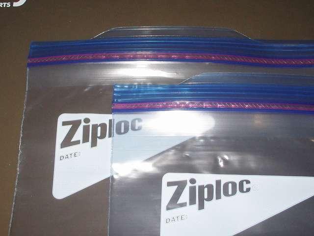ジップロック フリーザーバッグ S 18枚入 にワイドハイター EX パワーを入れ、その中にイタリアーナ ガラス保存ビンのシリコーンゴムパッキンを浸す