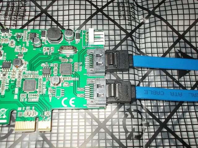 SYBA SD-PEX50063 (2 Port USB 3.0 and 2 Port SATA III PCI Express 2.0 x1 Card) Renesas uPD720202 / ASMedia 1061 カードをマザーボード ASUS P8Z68-V PRO/GEN3 に取り付け、カードに SATA ケーブル(Owltech OWL-CBSATA-SLU70-BL)を接続したところ、画像上側 SATA コネクタが Port0、画像下側が Port1