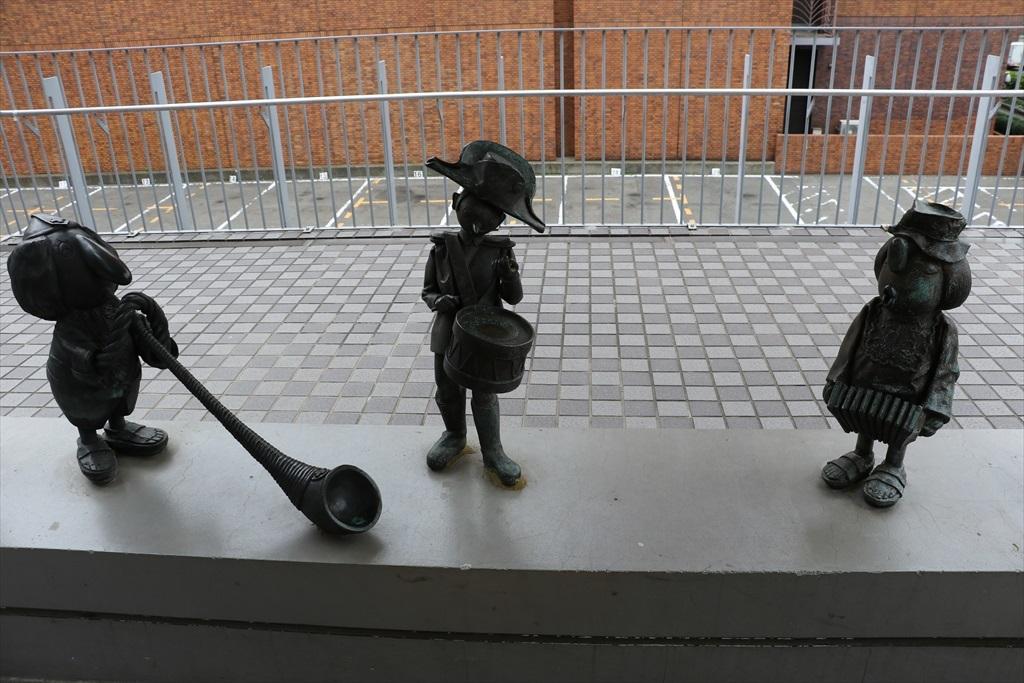人形の家の前を通る_4