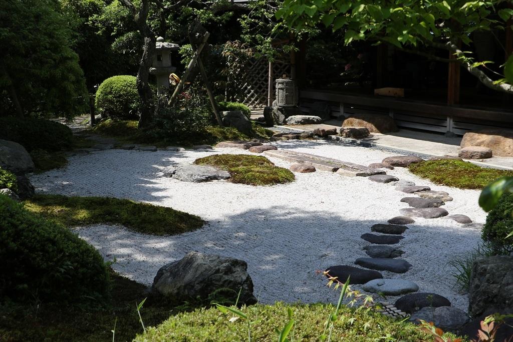 外から見た枯山水庭園_4