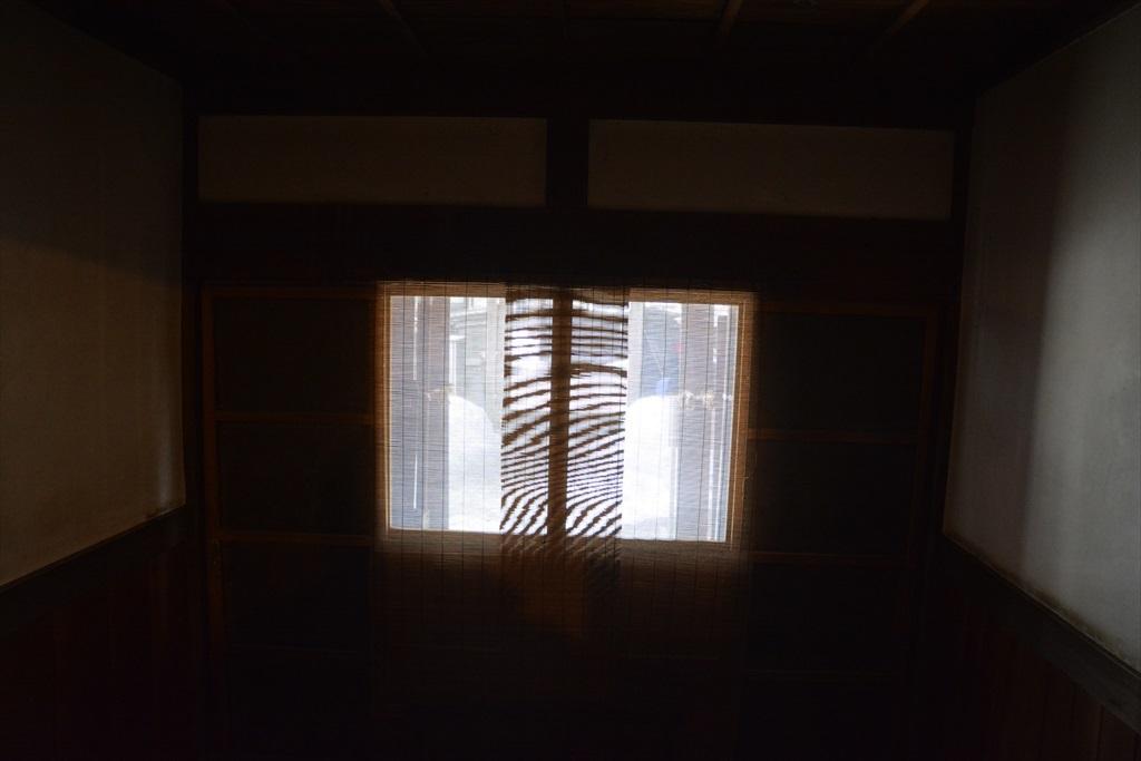 正玄関を内側から見た様子